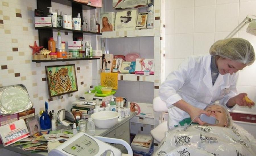 Процедура в аппаратной косметологии, которая эффективно увлажняет и питает кожу, разглаживает мелкие морщинки