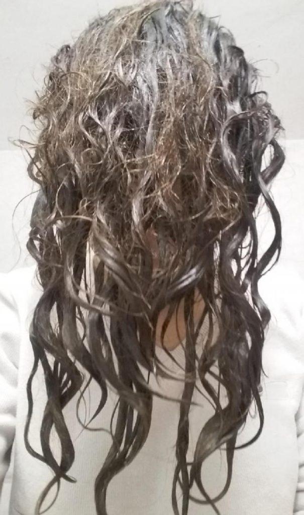 Так наносится средство на волосы